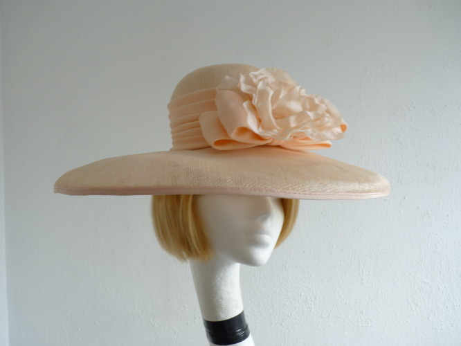 Wedding Hats 4U - Cappelli Condici Ascot hat Peach Apricot c76be1c1b2f